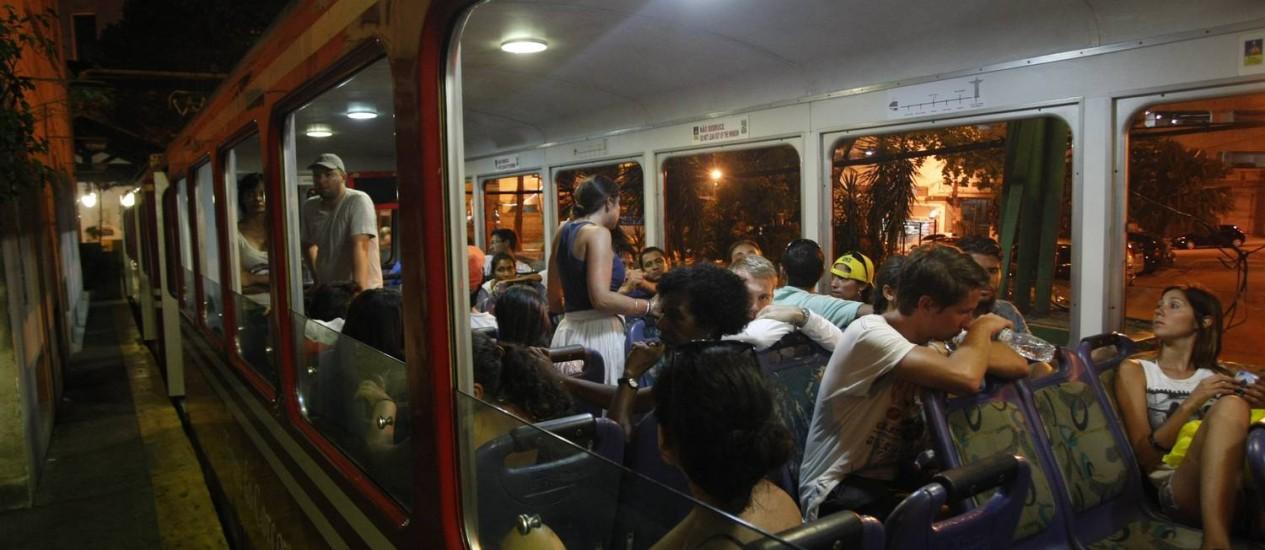 Passageiros que aguardavam para subir até o Cristo tiveram que agurdar solução de pane em outra composição Foto: Eduardo Naddar / Agência O Globo