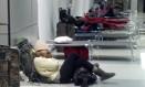 Passageiros dormem no aeroporto internacional JFK no corredor da companhia American Airlines Foto: Jeremy J. Shapiro / Jeremy J. Shapiro/AP
