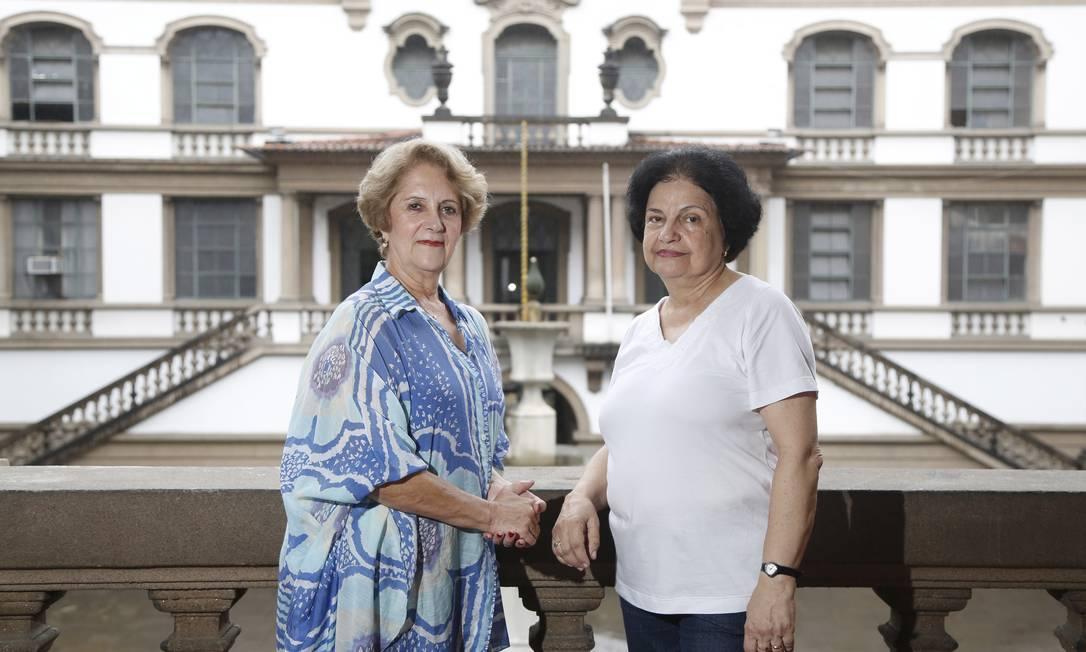 Formadas no Instituto de Educação, as professoras Ana Maria e Maria Helena (de branco) voltam ao colégio onde estudaram até 1961 Foto: Fabio Rossi / O Globo