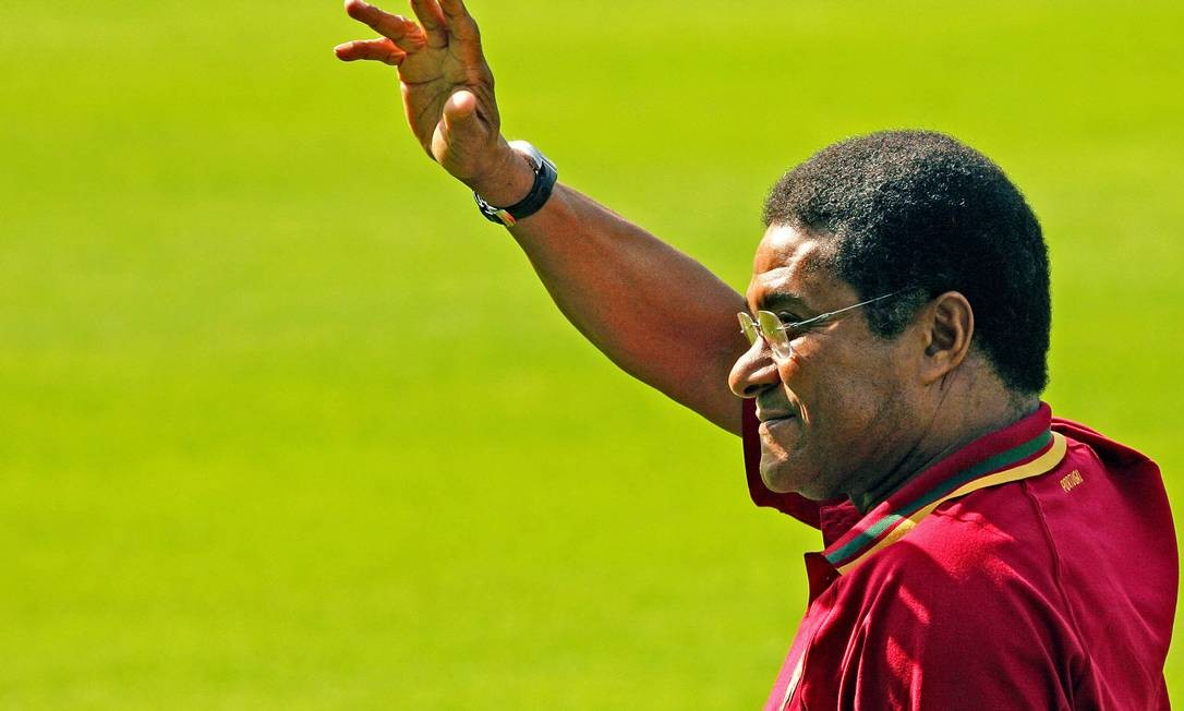 O ex-atacante Eusébio, craque da Copa de 1966, na Inglaterra, morreu na madrugada de domingo em Lisboa, aos 71 anos. Na foto, ele acena para os torcedores durante um treino na seleção de Portugal, noThe Heidewald Stadium, em Gutersloh Foto: NICOLAS ASFOURI / AFP