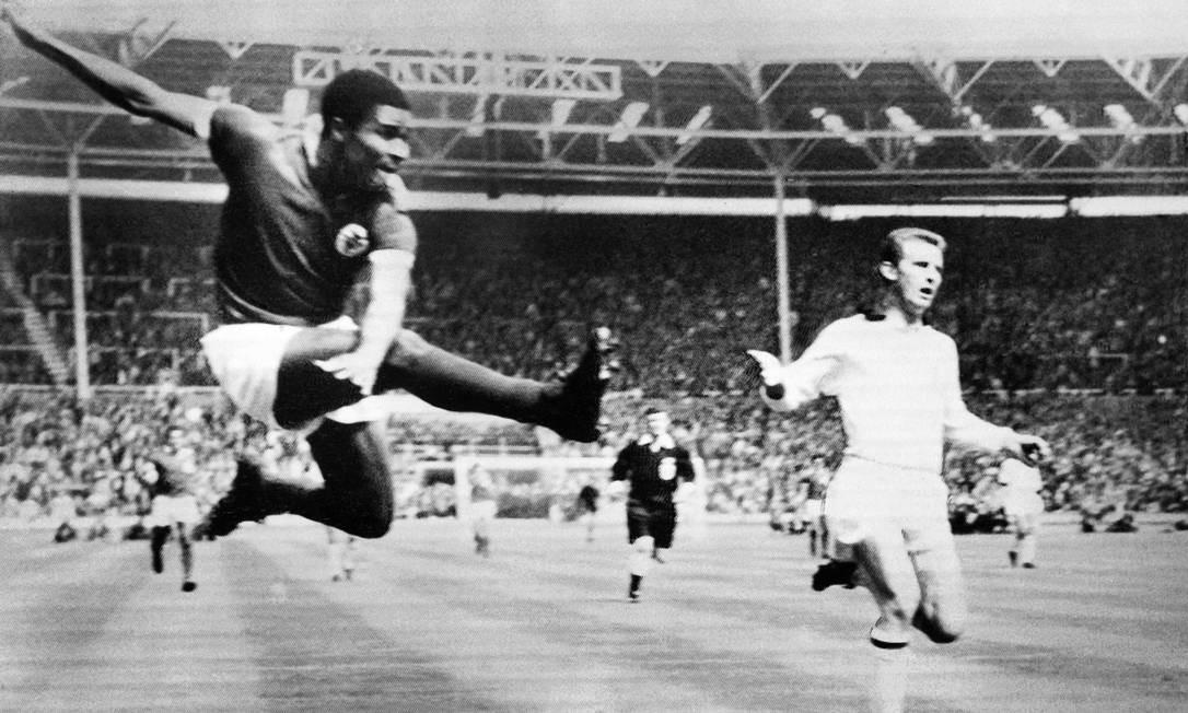 Foto de arquivo mostra uma jogada de Eusébio durante a partida entre Milan AC e Benfica, pela Copa Europeia, no Estádio de Wembley, na Inglaterra, em 1965 Foto: - / AFP