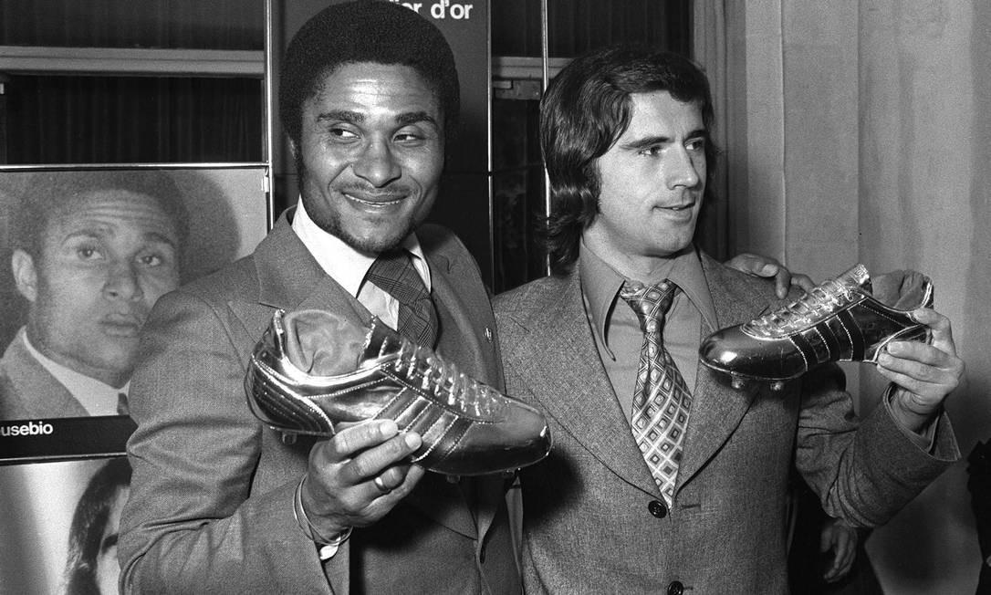 Eusébio (esq) e o alemão Gerd Muller posam, em Paris, após receberem, respectivamente, as chuteiras de ouro e de prata como os maiores artilheiros da Europa, em outubro de 1973 Foto: - / AFP