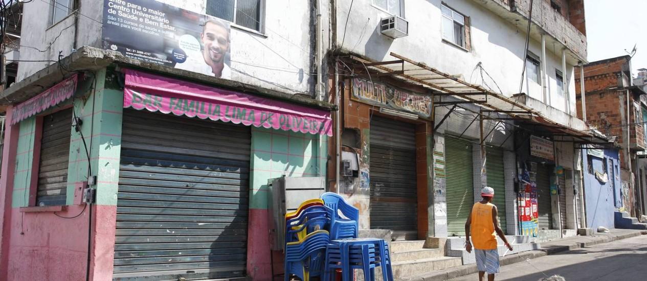 Comércio fechado na localidade conhecida como Buraco Quente, na Mangueira Foto: Pablo Jacob / Agência O Globo