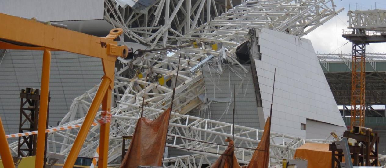 Imagem do acidente no Itaqueirão, em 2013: estádio só deve ficar pronto em abril, a dois meses da Copa do Mundo Foto: Oslaim Brito / Parceiro / Agência O Globo