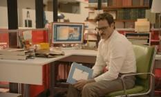 Joaquin Phoenix vive um homem atormentado em 'Ela', de Spike Jonze Foto: Warner Bros. Picture / Divulgação