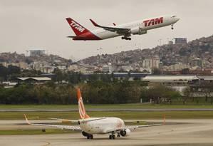 Pista de pousos e decolagens do aeroporto do Galeão Foto: Gustavo Miranda/18-9-2013