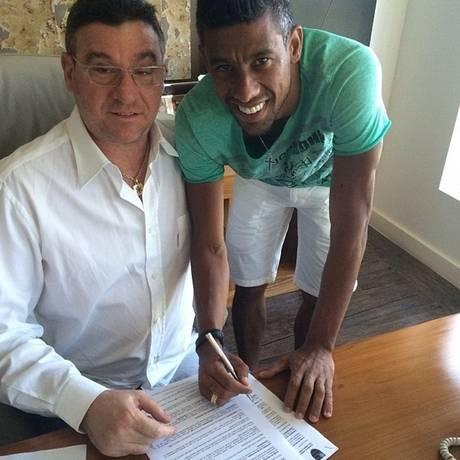 Léo Moura assina o contrato de renovação com o Flamengo ao lado do empresário Eduardo Uram Foto: Reprodução Instagram