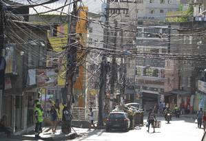 """""""Gatos"""" em profusão. Emaranhado de fios na Rocinha: ligações ilegais pioram a situação do abastecimento no local Foto: Domingos Peixoto"""