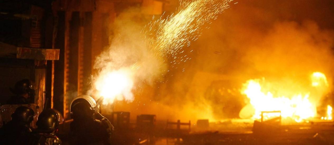 O protesto terminou por volta das 23h30m Foto: Pedro_Kirilos / Agência O Globo