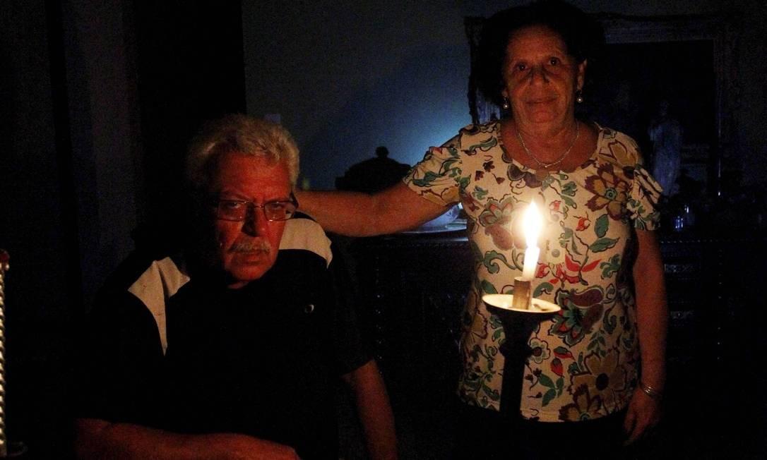 Light estoura em quase 70% o limite de falta de energia em 2013. Na foto, moradores do Cosme Velho sem energia elétrica em maio Foto: Marcelo Piu - 06/05/2013 / Agência O Globo