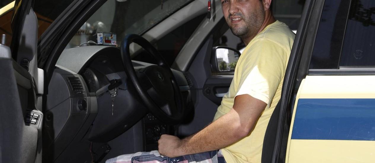 O prefeito liberou. O taxista Felipe Galhano poderá usar bermudas até março Foto: Fabio Rossi / Agência O Globo