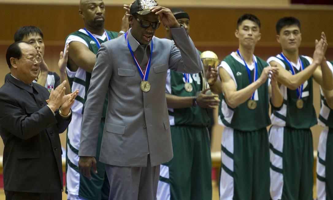 Dennis Rodman e outros ex-jogadores de basquete americanos são aplaudidos no final da partida Foto: Kim Kwang Hyon / AP