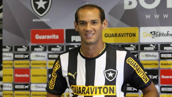 Rodrigo Souto é apresentado como novo reforço do Botafogo Foto: Guilherme Pinto / Extra