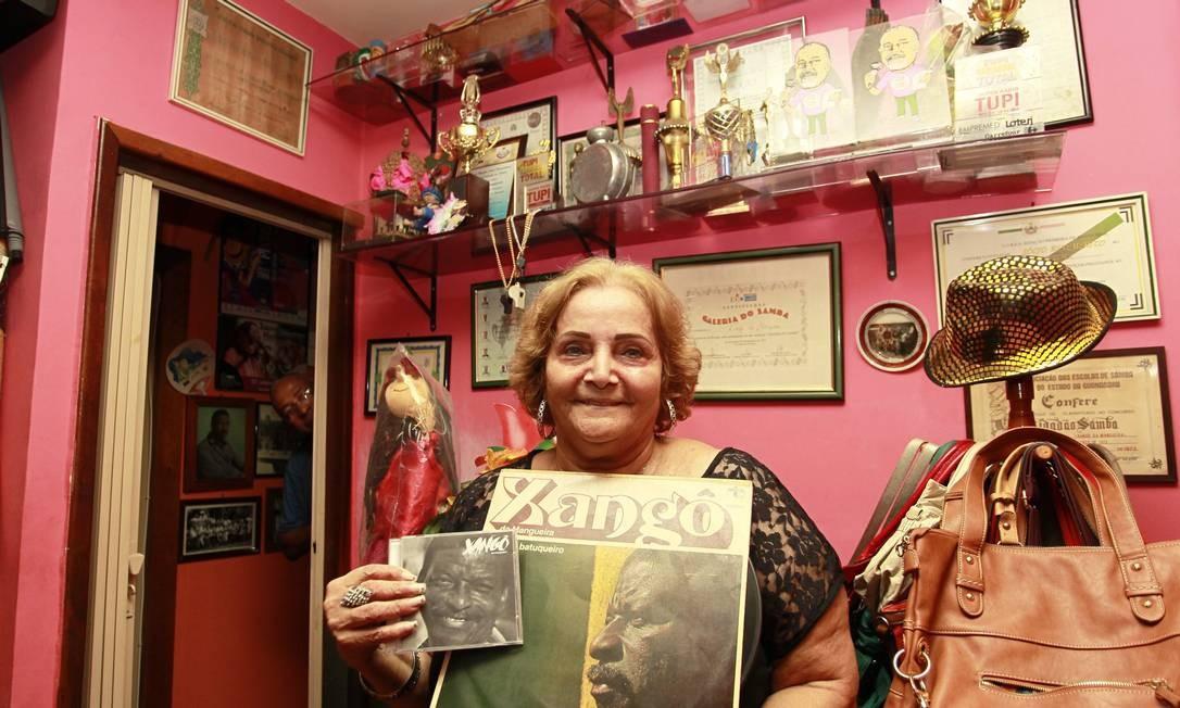 Sônia Ferreira com um LP de Xangô Foto: Marcelo Piu / Agência O Globo