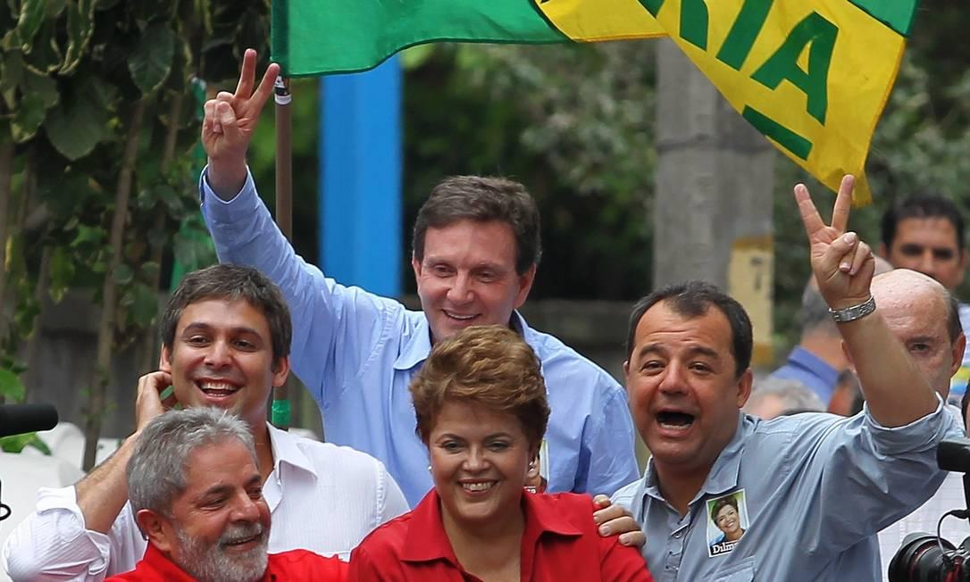 Lula, Dilma, Lindbergh, Crivella e Cabral durante carreata na Zona Oeste do Rio na campanha eleitoral de 2010 Foto: Márcia Foletto/24-10-2010 / Agência O Globo