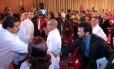 Nicolás Maduro aperta a mão de Henrique Capriles, líder da oposição, em encontro com governadores e prefeitos