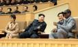 Kim Jong-Un (centro), sua mulher Ri Sol-Ju (à esq.) e Dennis Rodman assistem a jogo de basquete de ex-jogadores americanos e norte-coreanos em Pyongyang Foto: KCNA / AFP