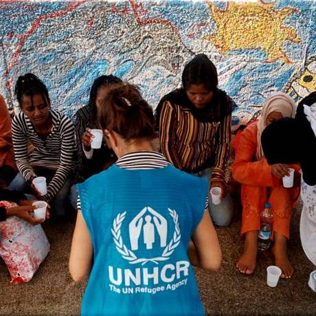 Funcionária da Acnur entrevista requerentes de asilo da Somália na ilha italiana de Lampedusa Foto: Divulgação/Acnur