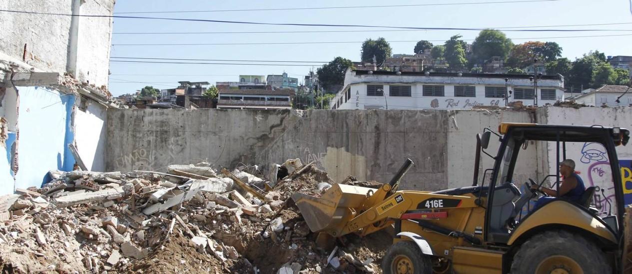 Funcionário da prefeitura retira entulho de demolição na Favela Metrô-Mangueira Foto: Pablo Jacob / Agência O Globo