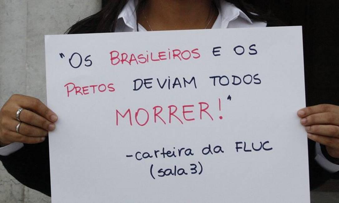 Estudante usa cartaz para denunciar preconceito contra brasileiros e racismo Foto: Reprodução / Facebook