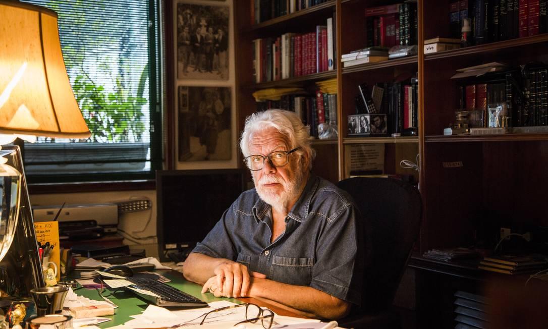 O autor Manoel Carlos posa em sua mesa de trabalho Foto: Fabio Seixo