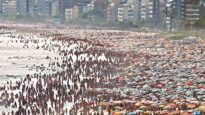 Praia de Ipanema cheia em dia de forte calor Foto: Ivo Gonzalez / Agência O Globo