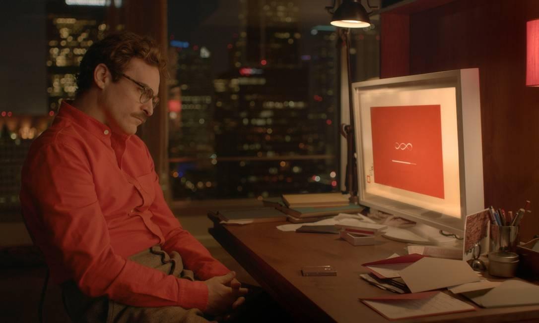 "Theodore (Joaquin Phoenix) no drama romântico ""Ela"" se apaixona pela voz do programa de computador Foto: Warner Bros. Pictures"