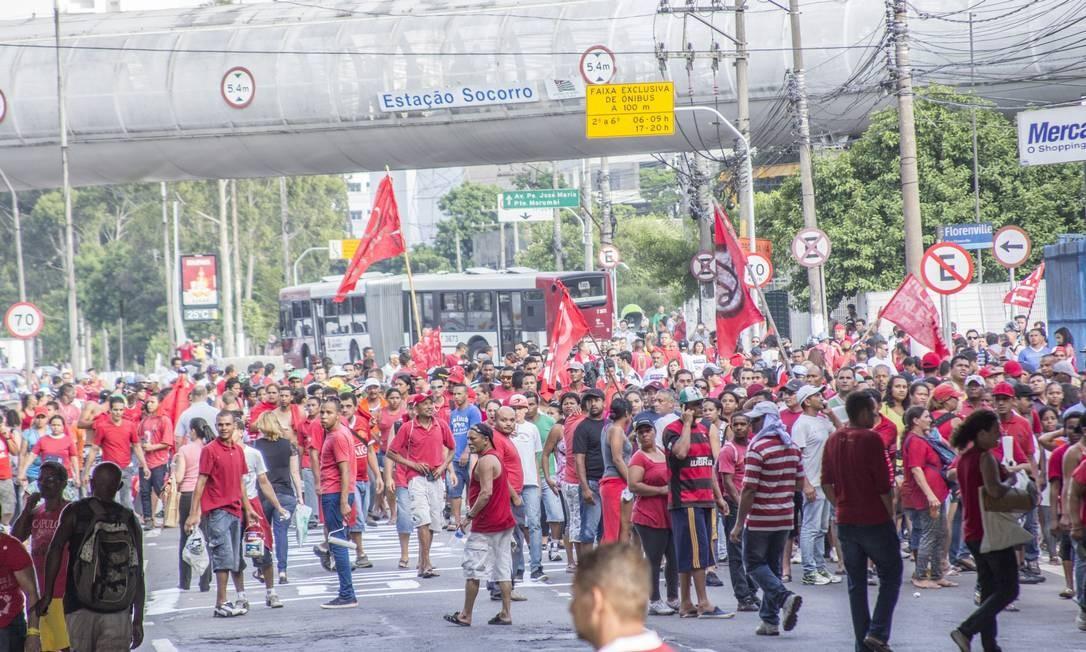 Integrantes do acampamento Nova Palestina, do MTST, param a Marginal Pinheiros, em São Paulo, para protesto Foto: Agência Frame / Marco Ambrosio