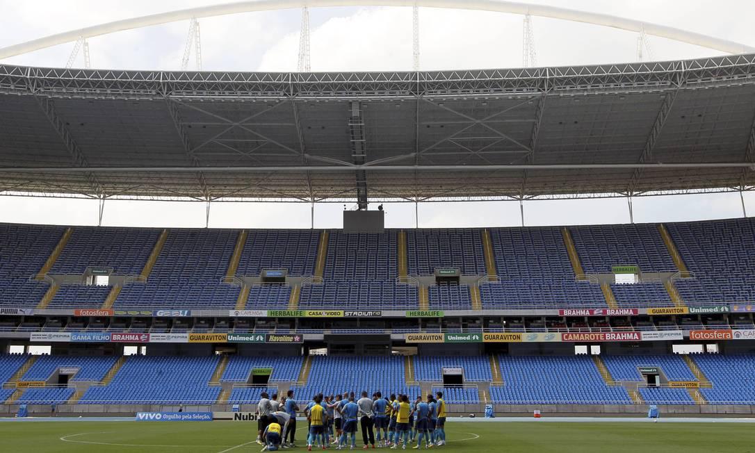 Treino do Botafogo em abril do ano passado, logo após a interdição do Engenhão. Clube só poderá voltar a usar o estádio em 2015 Foto: Cezar Loureiro / O Globo
