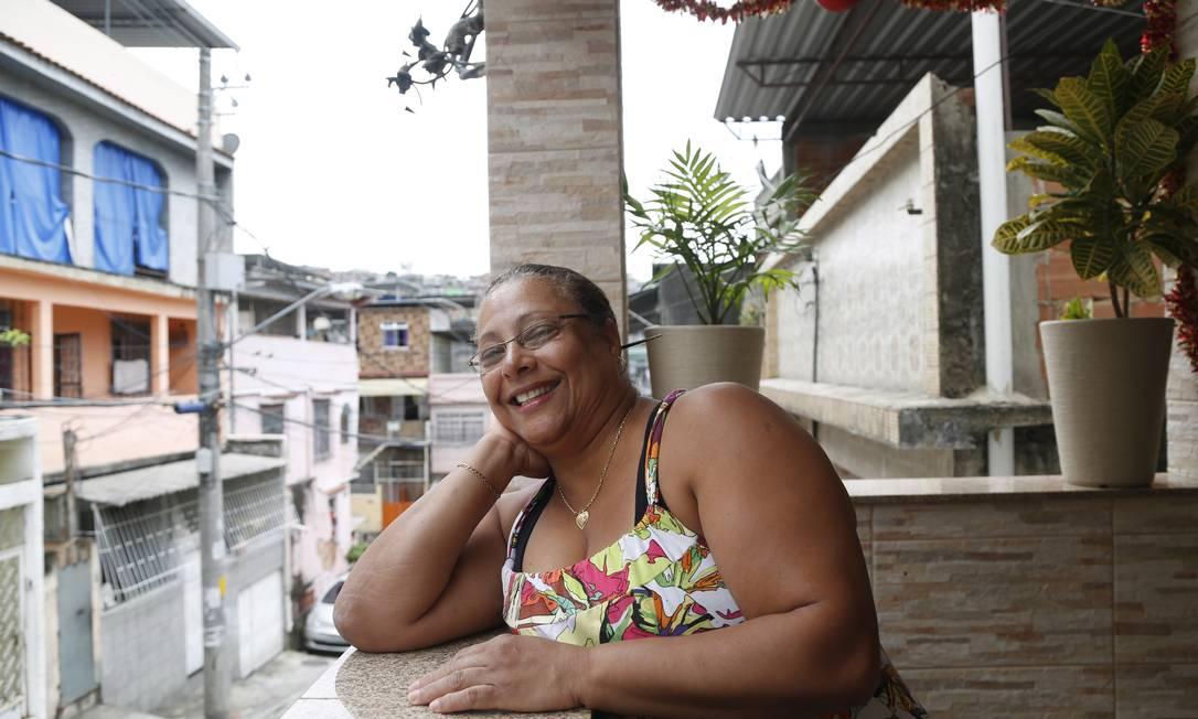 Marly Isaura Alves reformou sua casa na Travessa Morelos e diz a área melhorou o após a pacificação Foto: Ana Branco / O Globo
