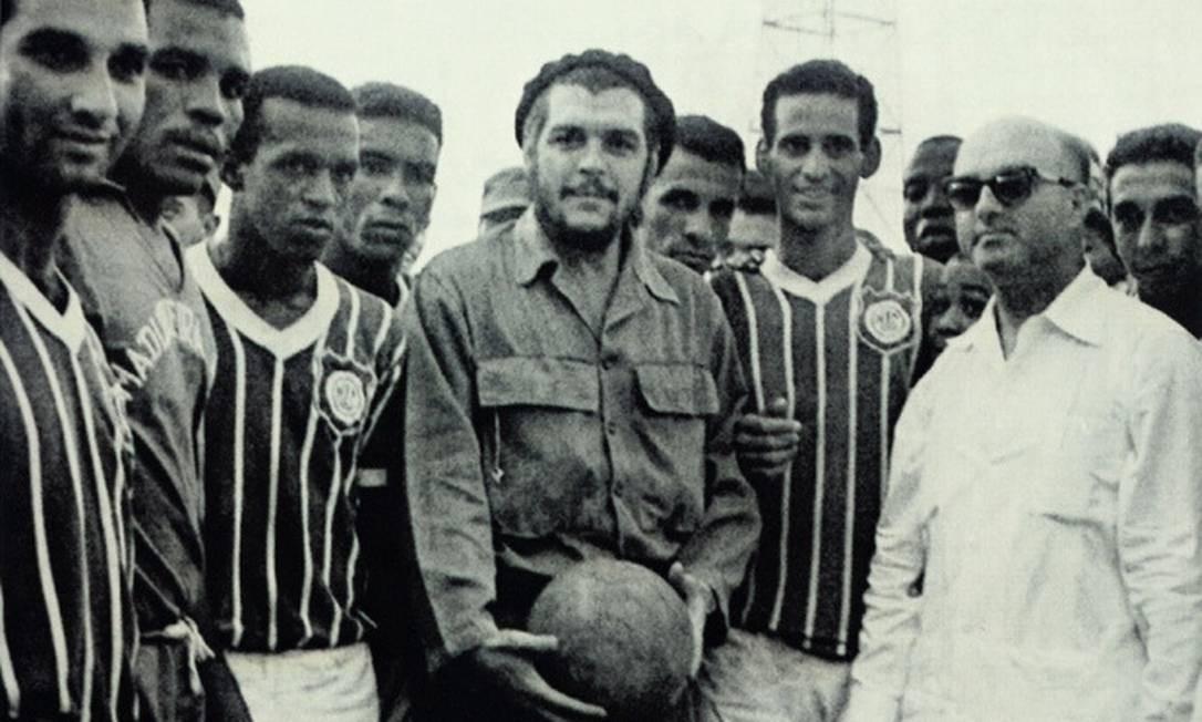 Ernesto Che Guevara recebe em Havana o time do Madureira: pioneiro na visita ao país Foto: Arquivo pessoal do ex-jogador Farah
