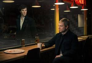 Reencontro. A terceira temporada da atração protagonizada por Benedict Cumberbatch (de pé) e Martin Freeman revela o paradeiro do personagem-título e o reúne com Watson Foto: Terceiro / Divulgação