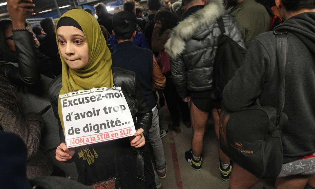 13f2ef05a ... Mulher muçulmana protesta contra o Dia Sem Calças no Metrô