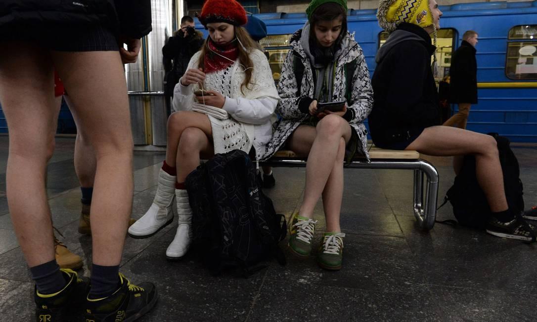 42763ee73 ... passageiras leem e ouvem música enquanto aguardam pelo trem do metrô