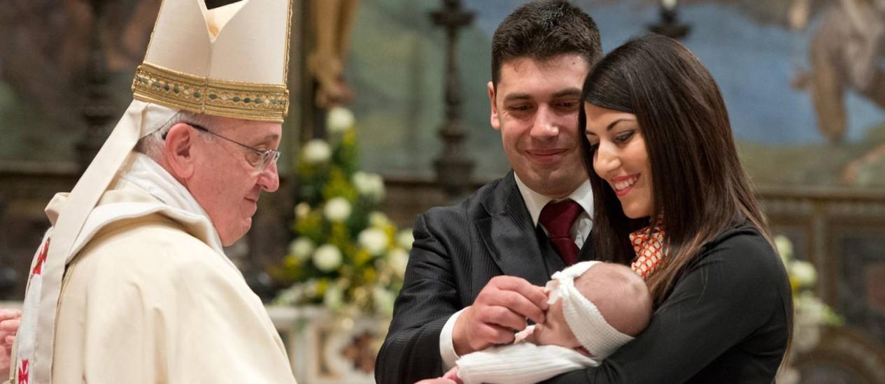 O papa Francisco batizou 32 crianças neste domingo na Capela Sistina, no Vaticano, em Roma Foto: AP