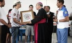 Dom Orani recebe uma homenagem do Cacique de Ramos, na sede do bloco Foto: Pedro Teixeira/15-01-2012 / O Globo