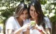 As amigas Beatriz Paes e Carolina Paixão acompanham suas notas do Sisu pelo celular