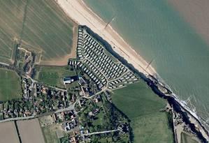 Imagem aérea da Caravan Park Manor, em Happisburgh, Norfolk, na Inglaterra, onde foram encontrados uma série de ferramentas de pedra e animais fossilizados Foto: Google