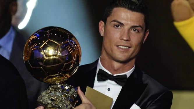 Cristiano Ronaldo com a Bola de Ouro como melhor jogador de 2013 Foto: Steffen Schmidt / AP