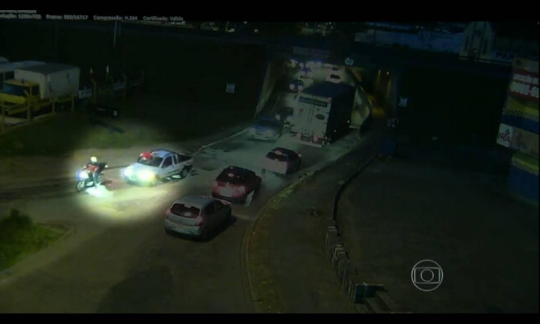 Carro atropela ciclista e carrega corpo no capô por 6 Km Foto: TV Globo / Reprodução