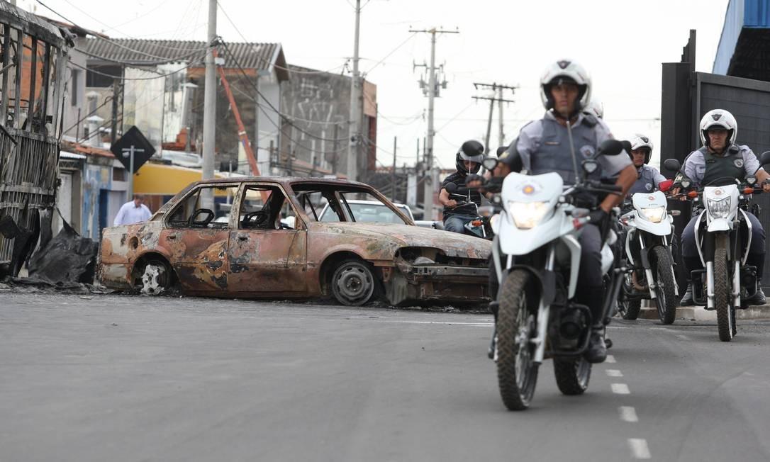 Carros foram queimados em Campinas, após 12 mortes Foto: Marcos Alves/Agência O Globo