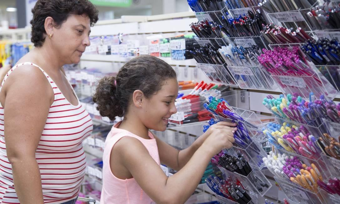 Adriana Mendes pagou R$ 400 de taxa de material e ainda recebeu uma relação de itens a serem entregues no colégio onde estuda a filha Joanna Foto: Foto: Leo Martins
