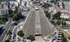 A Catedral Metropolitana do Rio cercada pelo estacionamento: alvo de cobiça de operadoras/ Foto: Sérgio Borges