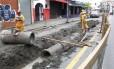 Homens trabalhando. Obras da drenagem já começam a apresentar resultados em trechos como a Rua Uranos