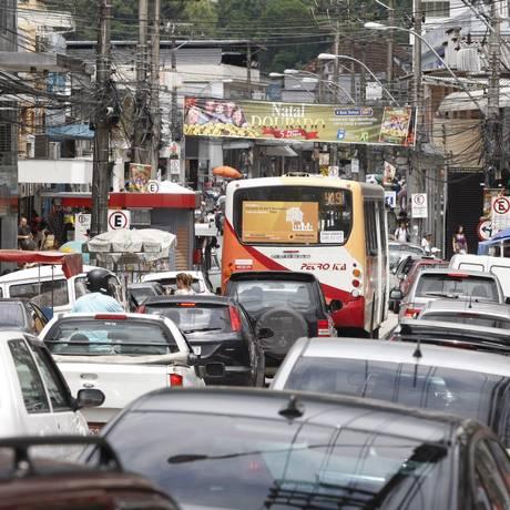 Trânsito caótico da Rua Teresa, em Petrópolis. Foto: Eduardo Naddar