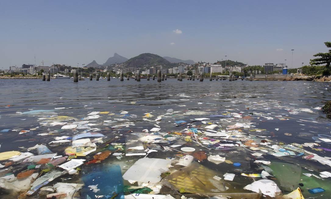 Sujeira flutua no mar junto à Marina da Glória: o despejo irregular de esgoto na região continua Foto: Pablo Jacob / O Globo