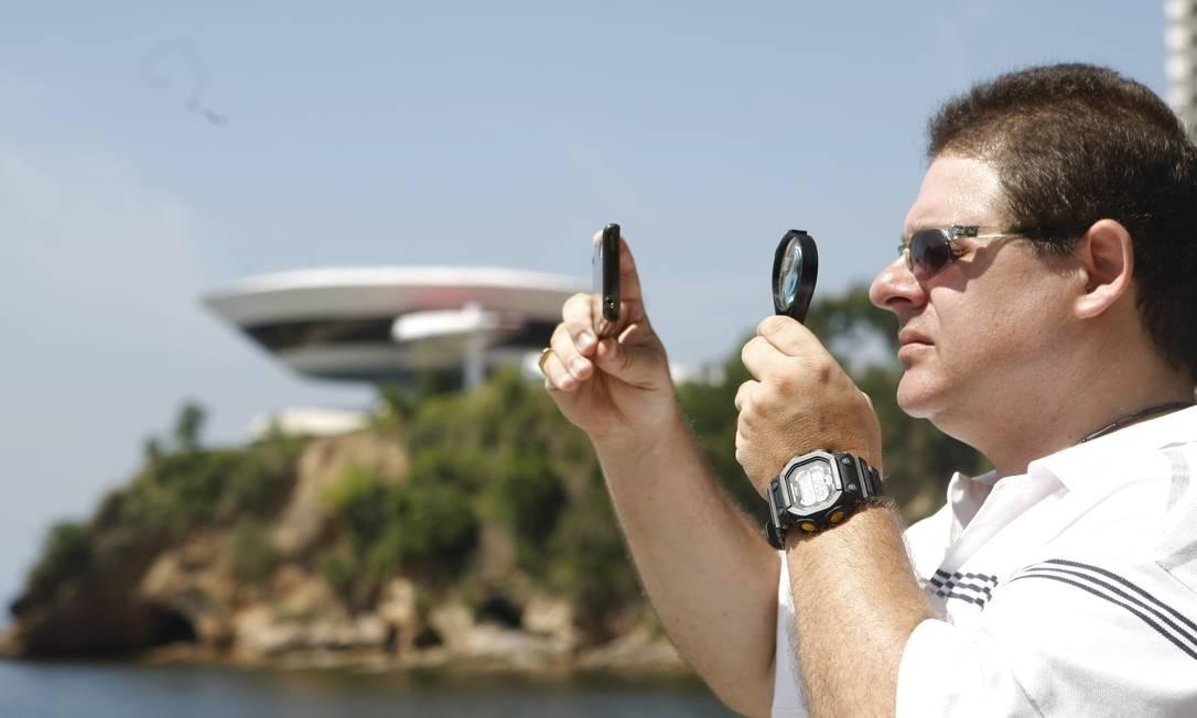 Paulo Aníbal usa uma lupa e magnetômetro como instrumento de investigação Foto: Eduardo Naddar