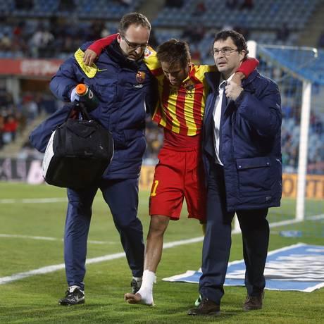 Neymar deixa o campo amparado, após sofrer uma contusão em jogo do Barcelona Foto: Andres Kudacki / AP