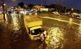 Chuva forte inunda ruas de Irajá; na foto, Avenida Brasil, esquina Orácio Wells