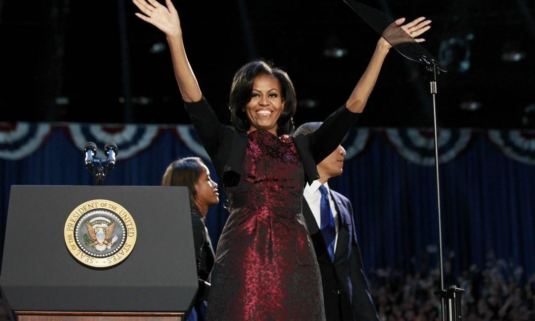 Primeira-dama Michelle Obama acena para a multidão antes do discurso de vitória do presidente Barack Obama, em 7 de novembro de 2012, em Chicago Foto: JASON REED / REUTERS